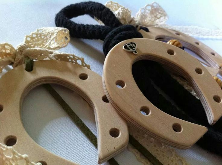 Christmas Lucky Charms with wooden horseshoes By KIKOmania 10€ Χειροποίητα ξύλινα γουρια