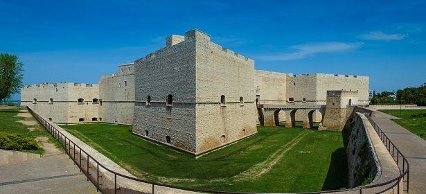 Castello Svevo di Barletta - Barletta (Barletta-Andria-Trani) Costruitodai Normanni e ridisegnato neisecoli da Svevi, Angioini eAragonesi, il Castello diBarlettaè scrigno eterno di storia e cultura. 41°19′00″N 16°17′00″E