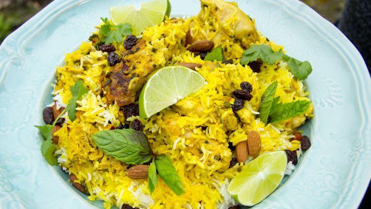 Kylling med ris, rosiner og mandler får koke i sammen i gryte med tett lokk. Men først må kyllingen marineres.