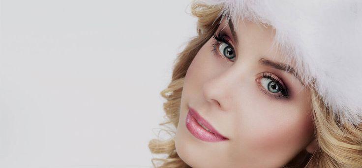 Makeup trends. Φθινοπωρινό Μακιγιάζ σε φυσικές αποχρώσεις με καφέ και ροζ. Ρομαντικό διακριτικό μακιγιάζ. Ροζ χείλη και απαλό ρουζ.