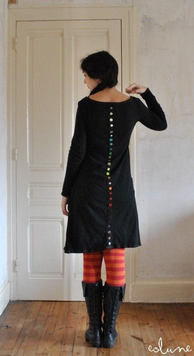 Robe Boutons   (DIFF. COLOUR) BUTTONS ALL THE WAY DOWN THE BACK,SIDE,,FRONT,ETC.(DIAGONALLY)