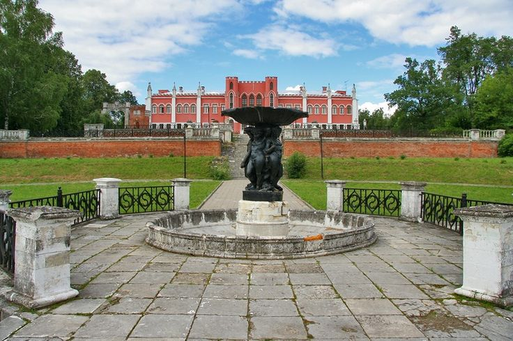 Усадебный дом и фонтан