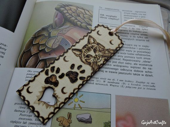 Kitty and cat's paws wooden bookmark - For cats lovers wooden bookmark made using pyrography - Book accessories for a cat and reading lovers