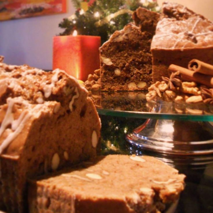 """Winter Cake (Pan de Pascua)  Ok...seremos honesto: es un re-make de Pan de Pascua. Tiene el mismo rico sabor, pero con la delicada textura de un queque.  Asi que si quieres disfrutar de esta rica tradicion, pero buscas algo mas...""""sweet"""", esto es para ti!  $12.000 por 1,400gr. $6.000 por 700gr. personalizado con o sin nueces, almendras y/o fruta confitada."""