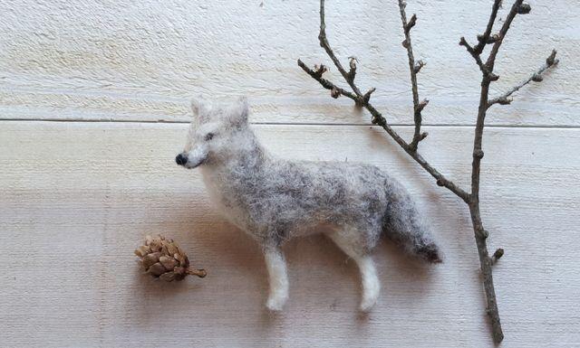 羊毛フェルトで作った灰色オオカミさんのブローチですやや厚みもあり、立体的に仕上げていますバッグやストール、帽子などにちょこんと付けると可愛いと思いますボリュームもあるので、額縁などのお家を作って飾るとお部屋のアクセントにもなりますコースターの大きさは約10cm×10cmです大きさのご参考にしてください