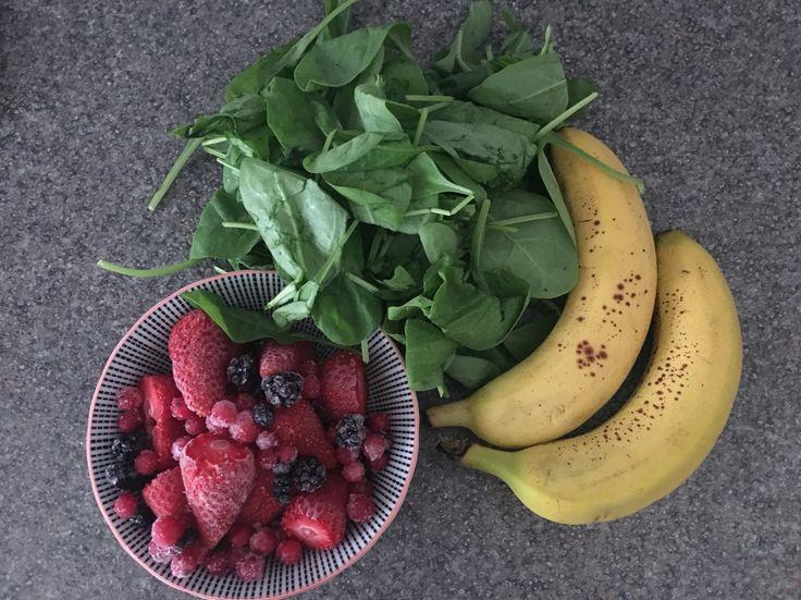 Frullato di spinaci frutti di bosco e banane