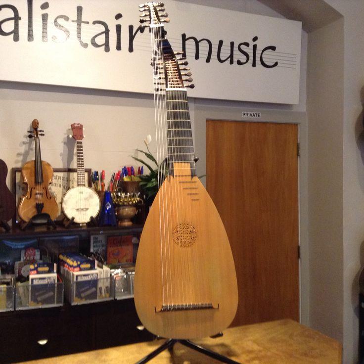 Arch lute by Australian luthier Ian Watchorn .