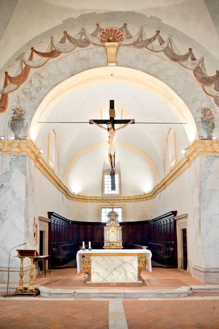 L'altare Maggiore con il Crocifisso ligneo della Chiesa di S. Agostino, dinanzi al qule giuravano i Consoli di Cascia