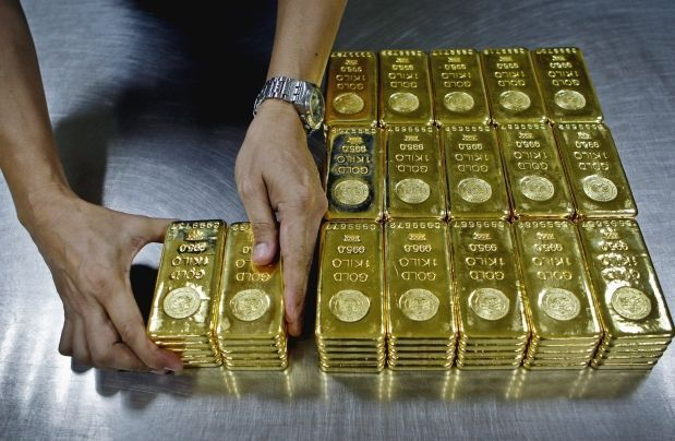 A Technician Prepares 1 Kg Gold Bars Of 995 0 Purity To Pack For Delivery At The Emirates Gold Company In Dubai United Ar Gold Rate Today Gold Rate Gold Money