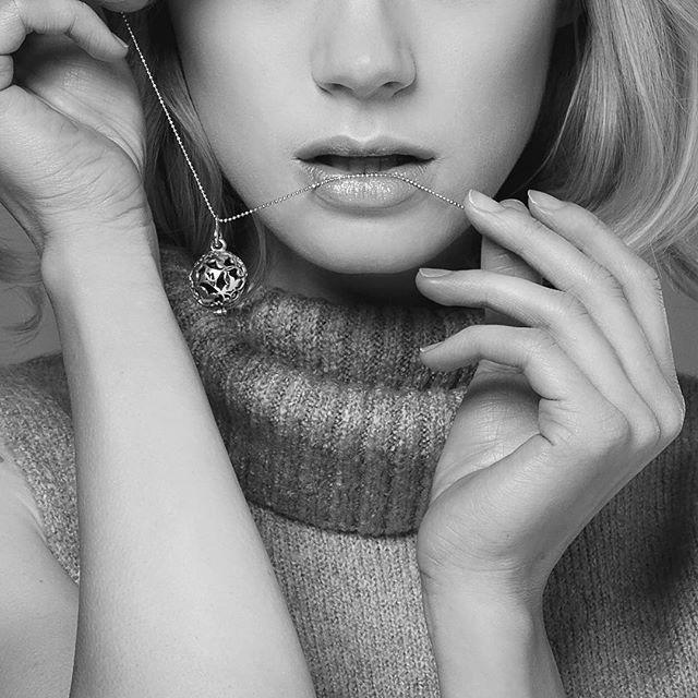 Zmysłowa biżuteria Messh oczaruje Cię wyjątkowym designem srebrnej zawieszki i uwodzicielskim zapachem!  Zapraszamy na messh.pl #messh#perfumed#jewelry#bizuteria#pachnaca#polishbrand#handmade#silver#subtle#elegance#jewellery#jewellerydesign#christmasgift#giftideas#forwoman#polishmodel#topmodel
