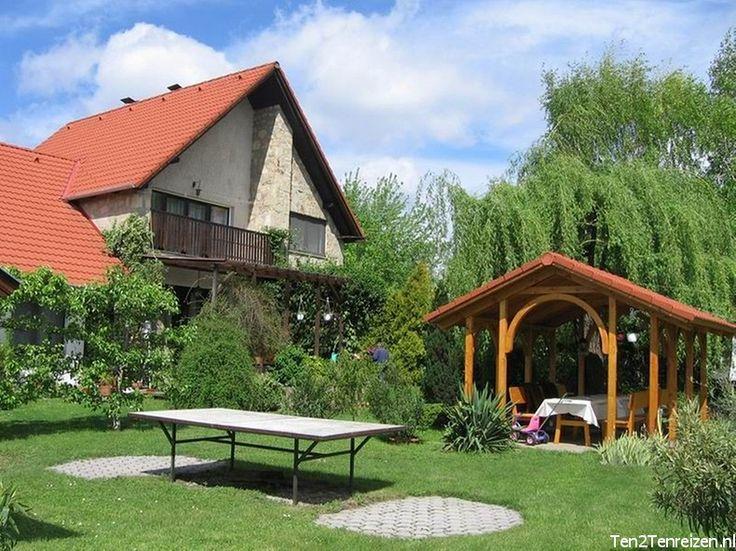 Appartementen Kovács Huis #Gyenesdiás #Balatonmeer  Op loopafstand van het #Balatonmeer ligt deze gezellige, ruime en moderne woning met een tweetal appartementen.  De afstand tot de hoofdstad van het Balatonmeer #Keszthely is slechts 1,5 km en ook het wereldbekende kuuroord #Héviz is zeer dichtbij.