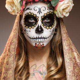 La fête des Morts est une importante célébration mexicaine qui coïncide avec la Toussaint. Traditionnellement, les participants érigent un autel à la mémoire des défunts, qu'ils décorent avec des fleurs, de la nourriture et des photos des disparus.