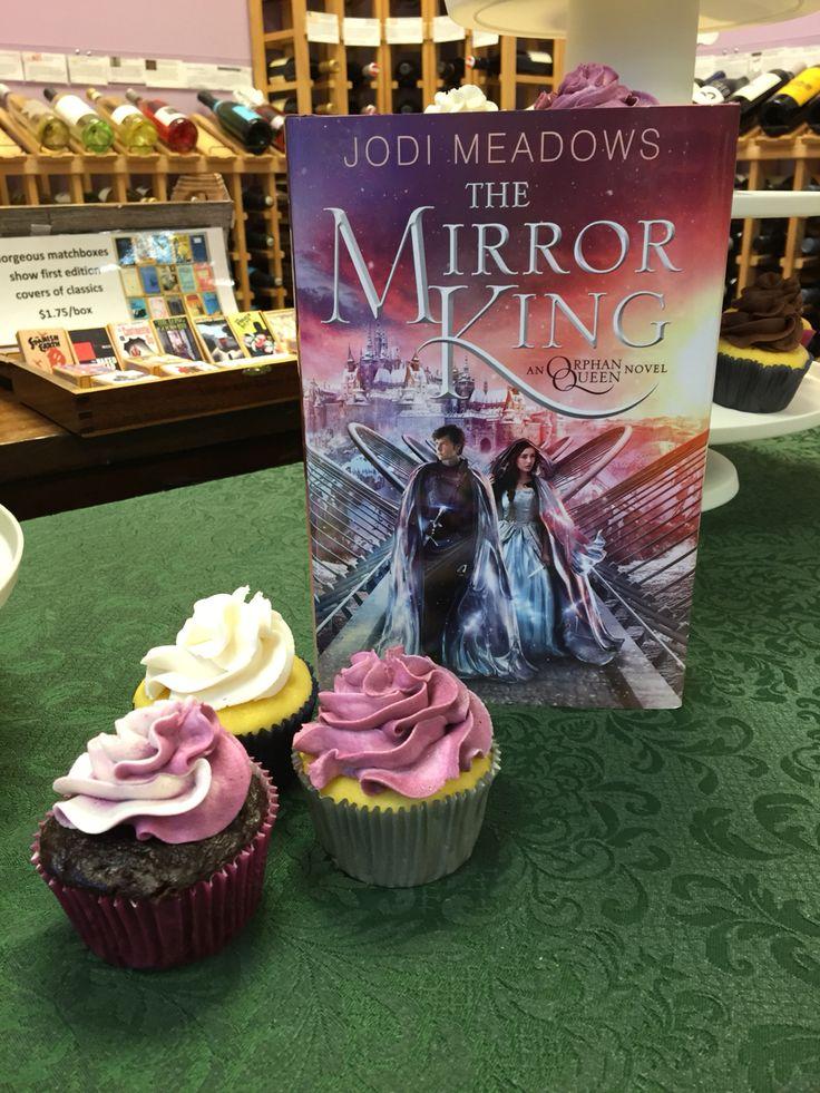 Jodi Meadows' The Mirror King launch cupcakes.