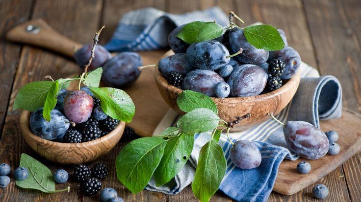Скачать обои сливы, ежевика, черника, ягоды, фрукты, раздел еда в разрешении 1366x768
