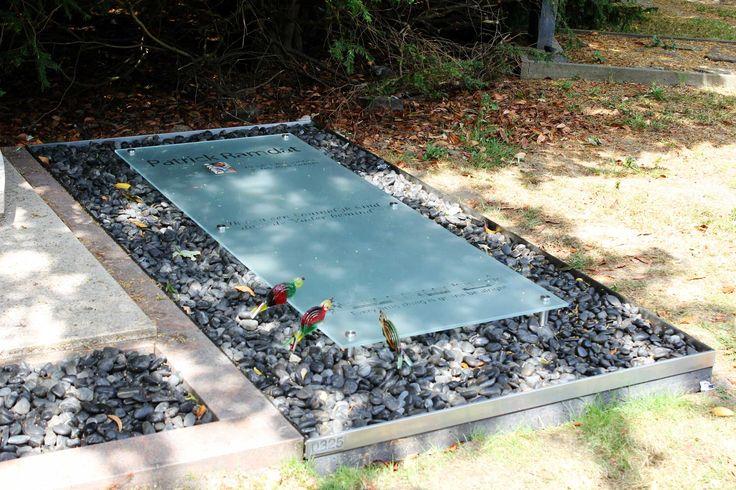grafsteen van glas met vogeltjes