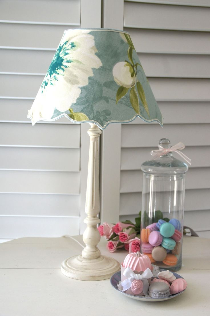 Lampe déco, abat-jour en cotonnade d'ameublement fleurie, fond bleu à reflets gris : Luminaires par patines-lin-et-coton