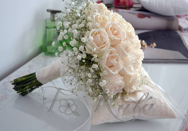 Romántico ramo de rosas natural con base gypsóphilas, encintado en raso y organza