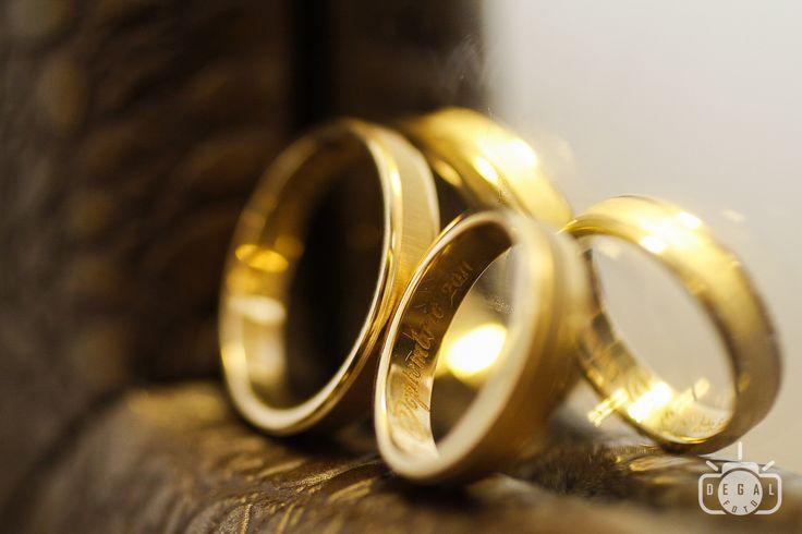 Verighetele, pe cat de mici pe atat de importante in tot ceremonialul nuntii. Fotograful de nunta nu va uita sa le puna la loc de cinste: http://www.degalfoto.ro, #degalfoto, #verighetemiri, #nuntasieveniment