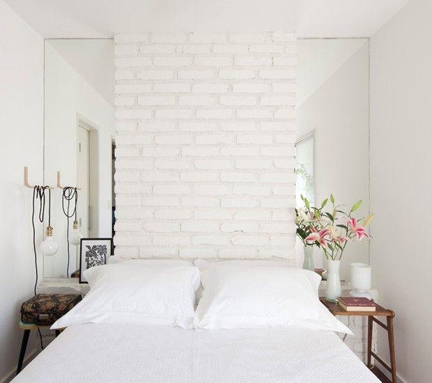 Quarto-tijolos-brancos-espelhos-arquiteta-marcela-madureira (Foto: Maíra Acayaba/Editora Globo)