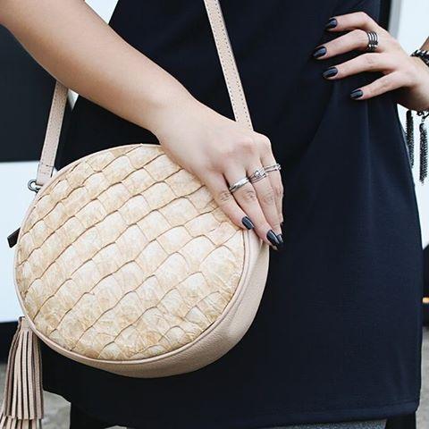 Bolsa a tiracolo de pirarucu! 💕👜 #musthave #maraspina #bolsasdecouro #pirarucu #exoticleathers #leatherbags #instafashion #trend #moda #spfw