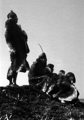 Familia Selk'nam Lugar: Tierra del Fuego Fotógrafo: Año: 1908  Observaciones: Familia selk'nam sobre una loma.