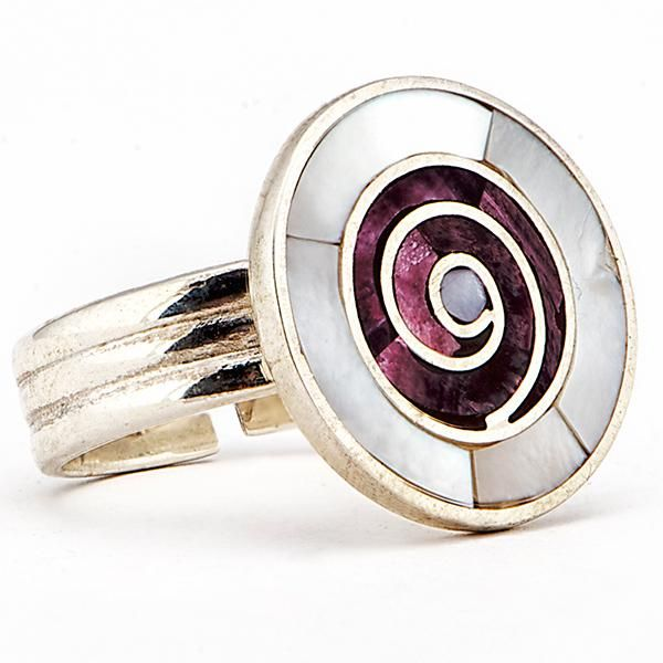 Anillo Espiral Púrpura. Anillo de plata, con incrustaciones en nácar blanco y spondylus morado. www.ccusi.com
