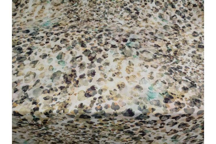 Raso fino estampado de manchas en tonos verdes, grises y crudos, con buena caída ideal para la confección de kimonos, monos, vestidos, pijamas..#Raso #estampado #fino #manchas #verde #gris #crudo #caída #kimono #mono #vestidos #pijamas #tejido #tejidos #tela #telas #textil #telasseñora #telasniños #comprar #online #comprartelas #compraronline