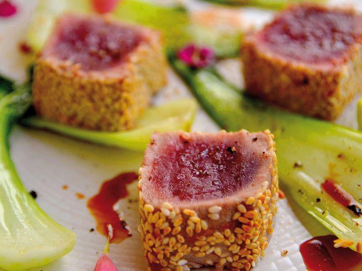 Commencez par découper en lanières de 4 cm d'épaisseur votre morceau de thon.  Ajoutez sur le thon le gingembre râpé à la microplane.  Ajoutez...