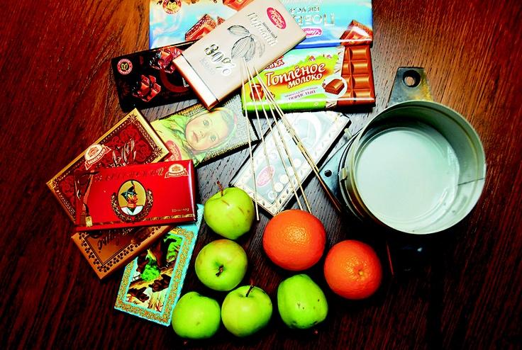 Для шоколадного фондю нам потребовались: разные шоколадные плитки, фрукты, деревянные палочки и сургучница.