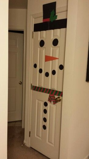 Can you imagine waking up Christmas morning and seeing this on your door? #awesome #holidaycrafts #snowman