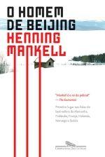 O HOMEM DE BEIJING - Henning Mankell - Companhia das Letras A juíza distrital Birgitta Roslin vive e trabalha em Helsinborg, sul da Suécia, região próxima aos cenários enevoados em que Shakespeare ambienta a tragédia de Hamlet. Embora cansada, devido ao excesso de casos em julgamento, e exasperada com a infindável crise no casamento com Staffan, um calado condutor de trens, não pode reclamar da vida confortável de que ela e sua família desfrutam, após um começo difícil. Filha de uma mulher…