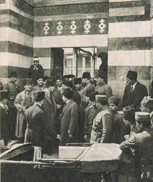 16 Mart 1923 Atatürk Adana da Cuma Namazı cami de çıkarken