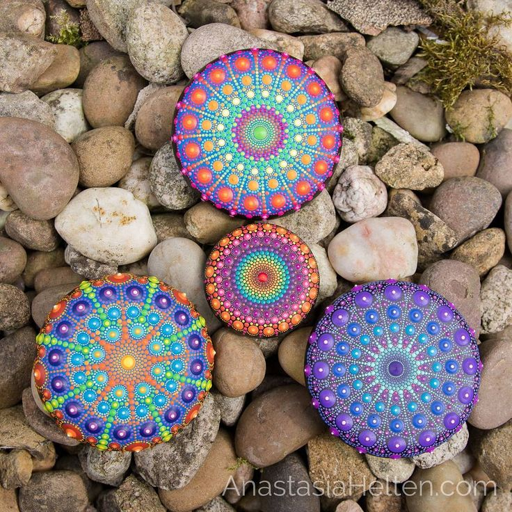 Recently I started to make super tiny dots on my mandala stones and I like it so much!