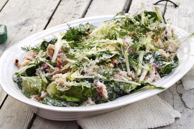 Krabbesalat - En av de enkleste forrettene du kan lage. Når alle de gode smakene er blandet sammen, er retten ferdig!