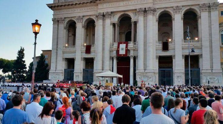 """El Papa Francisco presidió en la tarde de este jueves en la Basílica de San Juan de Letrán, en Roma, la Misa por la Solemnidad del Santísimo Cuerpo y la Sangre de Cristo, en la que aseguró que """"la Eucaristía no es un premio para los buenos, sino la fuerza para los débiles, para los pecadores, es el perdón, el viático que nos ayuda a andar, a caminar""""."""