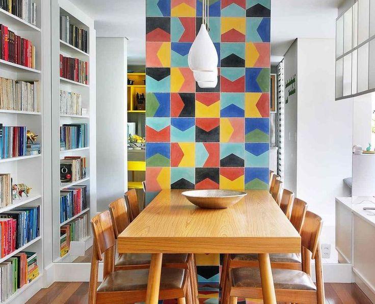 Și-au dorit un apartament colorat, cu biblioteci încăpătoare pentru cărți