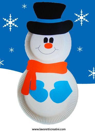 Un pupazzo di neve realizzato con due piatti di carta da usare per addobbare la casa o l'aula di scuola nel periodo invernale. Seguendo tutte le foto non s
