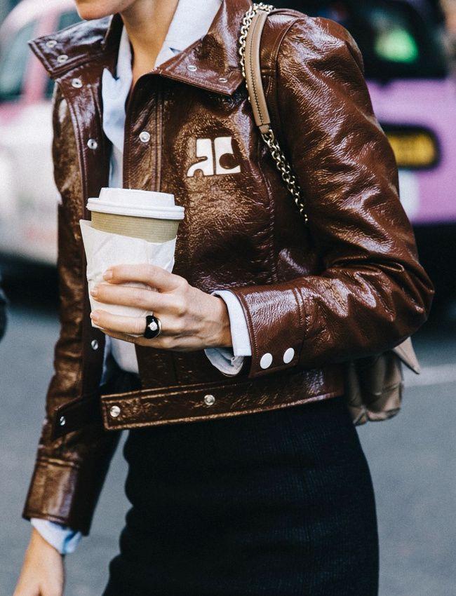 Notre petit doigt nous dit que le sigle Courrèges va très vite redevenir à la mode... (blog Collage Vintage)
