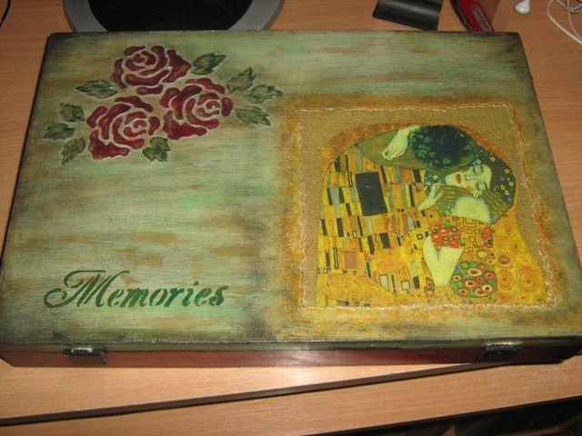 Stara kutija ukrasena dekupazom.