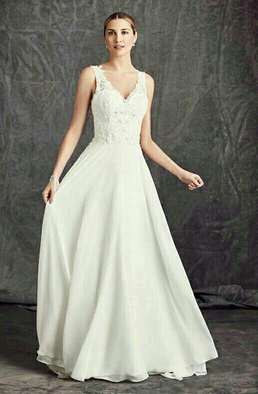 Deze bruidsjurk van Ella Rosa is eenvoudig en stijlvol. De rok van deze trouwjurk valt zwierig en ook de rug loopt in een V naar beneden.