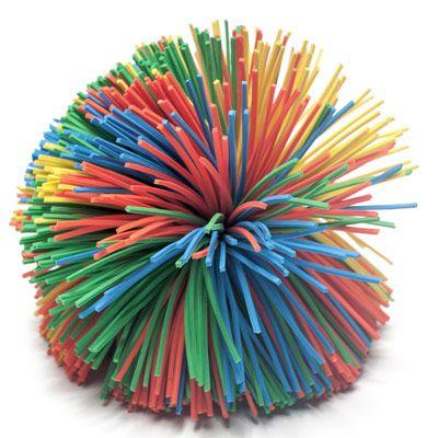 Pom Pom Bal  Helpt friemelen om je beter te kunnen concentreren? De Pom Pom Ball (ook bekend als Kooshbal) is de ultieme friemel- en frutselbal. De rubberen elastische slierten voelen lekker zacht aan in de hand. Gooi de bal van hand tot hand, rol hem in één hand heen en weer, bungel hem aan de elastische sliertjes op een neer of veeg hem over je hand heen en weer. Ook wanneer er een grote behoefte is aan visuele prikkels, is de Pom Pom Ball een uitkomst.