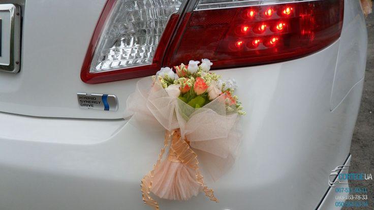 """Комплект украшений для оформления свадебного автомобиля 23 """"Персиковые букетики из розочек"""" Комплект украшений состоит из: 2 букетика можно разместить на зеркалах или бамперах, 4 бутоньерки на двери, кольца на крышу. Аренда, заказ , прокат автомобиля Тойота Камри Гибрид белого цвета на Вашу свадьбу, венчание, годовщину, романтическое свидание, юбилей, выпускной вечер. Николаев, Херсон"""