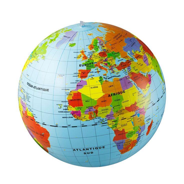 Avec ce grand globe gonflable, vos enfants découvrent continents, pays et capitales à leur rythme. Vous pouvez également organiser une partie de jeu, les enfants s'amusent à tour de rôle à se poser des questions pour trouver les réponses sur le globe. Après le jeu, le globe se pose, se suspend et devient objet de décoration... Ou il peut être dégonflé jusqu'à la prochaine partie!