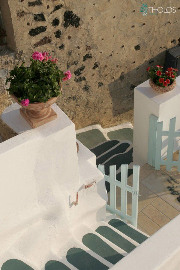 The perfect Cycladic touch during your stay in Santorini! tholosresort.gr
