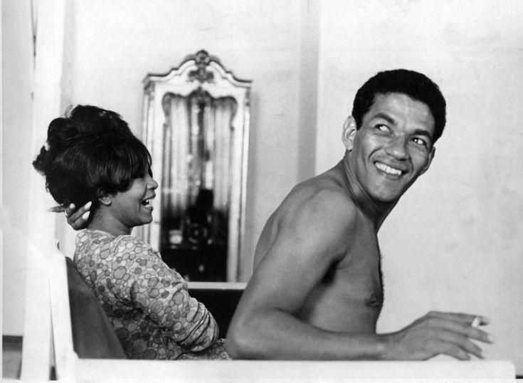Acervo/ Estadão - O craqueGarrinchase diverte com a mulher, a cantorade Elza Soares, no sofá decasa em20/10/1966