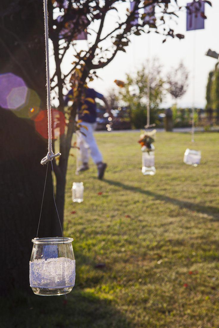 Lumini e lanterne appesi agli alberi #matrimonio