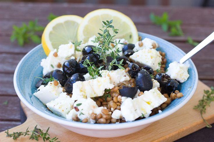 Een zomerse linzensalade met geitenkaas, olijven en tijm. Maak de dressing van citroensap en goeie olijfolie en je hebt binnen tien minuten een overheerlijke en gezonde maaltijd op tafel.