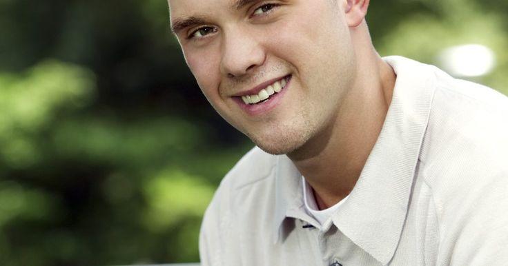 Penteados para adolescentes do sexo masculino. A adolescência é um período de crescimento e descoberta. Durante esse tempo, eles experimentam diversos tipos de penteados. Quando se trata de cabelos, os adolescentes adotam um estilo fácil de manter, mas que seja possível personalizar ao seu estilo. O penteado pode variar de arrepiado, raspado e até dreadlocks.