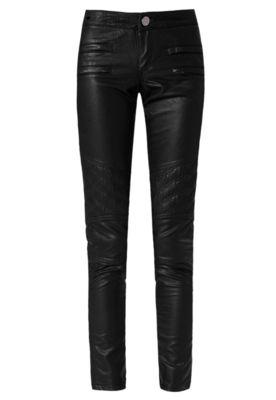 Calça Jeans FiveBlu Skinny Bordados azul, com recorte em material sintético preto decorado por bordados pespontados, além de seis bolsos ajustáveis por zíper, sendo quatro frontais falso.