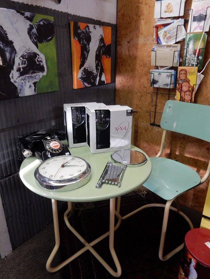 Vintage bistro/keuken setje bestaande uit 1 stoel en 1 tafel. Prijs € 85.00.